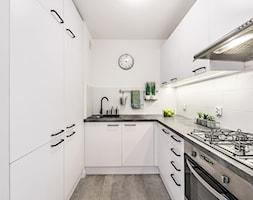 Sesja foto mieszkania inwestycyjnego na sprzedaż - Średnia zamknięta biała kuchnia w kształcie litery u, styl skandynawski - zdjęcie od WITTWÓRNIA: Robert Witt - Homebook