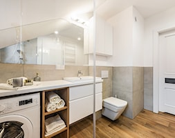 Sesja foto mieszkania na wynajem_Gdańsk Wrzeszcz - Duża biała beżowa łazienka na poddaszu w domu jednorodzinnym z oknem, styl skandynawski - zdjęcie od WITTWÓRNIA: Robert Witt