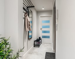 Sesja foto mieszkania inwestycyjnego na sprzedaż - Średni szary hol / przedpokój, styl skandynawski - zdjęcie od WITTWÓRNIA: Robert Witt - Homebook