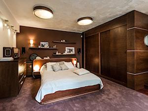 Sesja foto domu prywatnego_Gdynia - Duża biała brązowa sypialnia małżeńska, styl kolonialny - zdjęcie od WITTWÓRNIA: Robert Witt