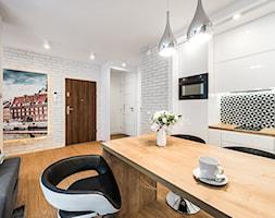 Sesja foto mieszkania na wynajem nr 4_Gdańsk, Wyspa Spichrzów - Mała otwarta biała kuchnia jednorzędowa w aneksie, styl minimalistyczny - zdjęcie od WITTWÓRNIA: Robert Witt - Homebook