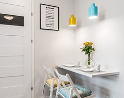 Sesja foto mieszkania inwestycyjnego na sprzedaż - Mała szara jadalnia w kuchni, styl skandynawski - zdjęcie od WITTWÓRNIA: Robert Witt - Homebook