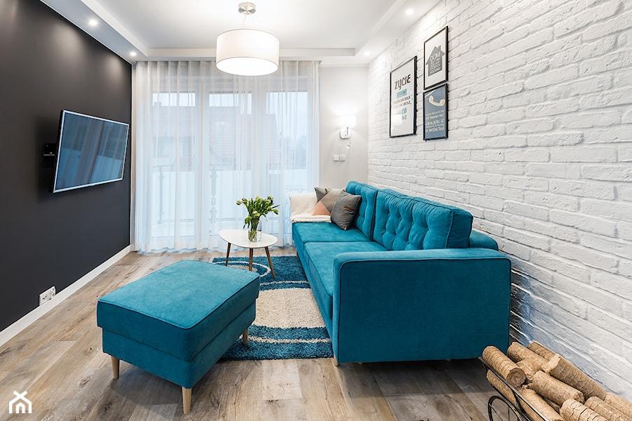 Sesja foto domu prywatnego_Pruszcz Gdański - Mały szary czarny salon z tarasem / balkonem, styl pro ... - zdjęcie od WITTWÓRNIA: Robert Witt