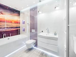 Sesja foto domu prywatnego_Bojano - Średnia biała fioletowa łazienka w bloku w domu jednorodzinnym bez okna, styl nowoczesny - zdjęcie od WITTWÓRNIA: Robert Witt
