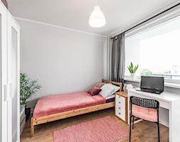 Sesja foto mieszkania inwestycyjnego na sprzedaż - Mała szara sypialnia małżeńska, styl skandynawski - zdjęcie od WITTWÓRNIA: Robert Witt - Homebook