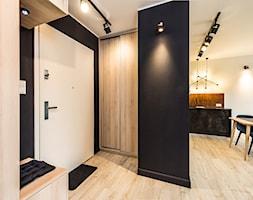 Sesja foto mieszkania na wynajem_Sopot - Mały czarny hol / przedpokój, styl industrialny - zdjęcie od WITTWÓRNIA: Robert Witt