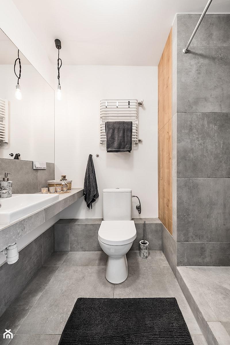 Sesja foto mieszkania inwestycyjnego na sprzedaż - Mała biała szara łazienka w bloku w domu jednorodzinnym bez okna, styl skandynawski - zdjęcie od WITTWÓRNIA: Robert Witt