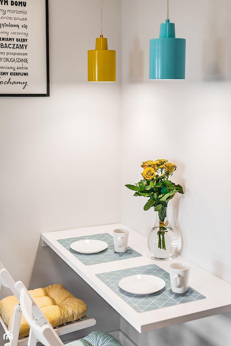 Sesja foto mieszkania inwestycyjnego na sprzedaż - Mała zamknięta biała jadalnia jako osobne pomieszczenie, styl skandynawski - zdjęcie od WITTWÓRNIA: Robert Witt