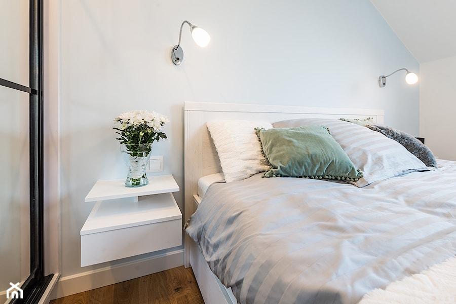 Sesja foto mieszkania na wynajem_Gdańsk Wrzeszcz - Mała biała niebieska sypialnia małżeńska na poddaszu, styl skandynawski - zdjęcie od WITTWÓRNIA: Robert Witt