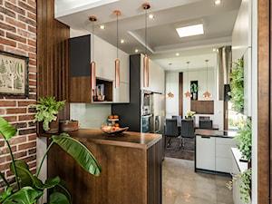 Sesja foto apartamentu prywatnego_Gdynia - Średnia otwarta biała kuchnia w kształcie litery l z wyspą z oknem, styl kolonialny - zdjęcie od WITTWÓRNIA: Robert Witt