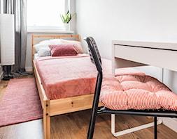 Sesja foto mieszkania inwestycyjnego na sprzedaż - Mała biała sypialnia małżeńska, styl skandynawski - zdjęcie od WITTWÓRNIA: Robert Witt - Homebook