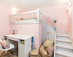 Sesja foto domu prywatnego_Pruszcz Gdański - Średni różowy pokój dziecka dla dziewczynki dla ucznia dla malucha dla nastolatka, styl prowansalski - zdjęcie od WITTWÓRNIA: Robert Witt