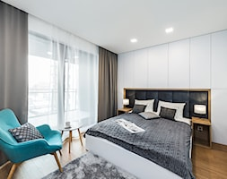 Sesja foto mieszkania na wynajem nr 4_Gdańsk, Wyspa Spichrzów - Średnia biała sypialnia małżeńska z balkonem / tarasem, styl nowoczesny - zdjęcie od WITTWÓRNIA: Robert Witt - Homebook
