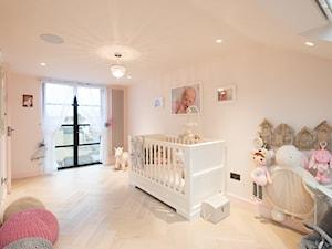 Duży biały pokój dziecka dla dziewczynki dla niemowlaka - zdjęcie od evelina202010@hotmail.com