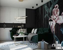 Ciemny salon z flamingiem - zdjęcie od UDOMOWIENI - Homebook