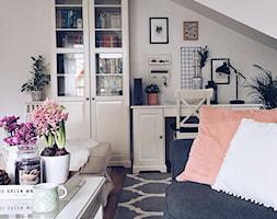 Mieszkanie w stylu skandynawskim - Średnie szare biuro domowe kącik do pracy na poddaszu w pokoju, styl skandynawski - zdjęcie od ania.home