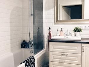 Zdjęcia mieszkania - Mała biała łazienka na poddaszu w bloku w domu jednorodzinnym bez okna - zdjęcie od ania.home