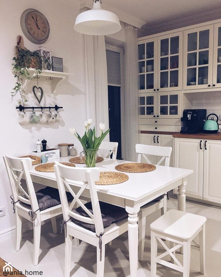 Kuchnia w stylu skandynawskim - Średnia zamknięta biała kuchnia jednorzędowa z oknem, styl skandynawski - zdjęcie od ania.home