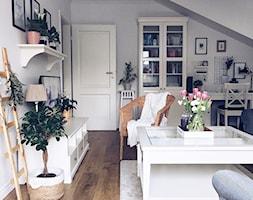 Salon w stylu skandynawskim - Mały biały salon z bibiloteczką, styl skandynawski - zdjęcie od ania.home