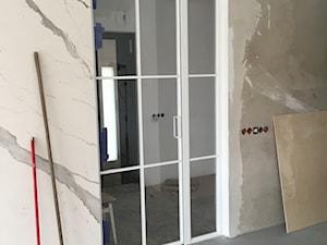 Stół i drzwi szklane