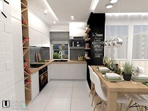Mieszkanie 60 m2 Mińsk Mazowiecki - Średnia biała szara czarna kuchnia w kształcie litery l w aneksie z oknem, styl skandynawski - zdjęcie od LUXURY INTERIOR