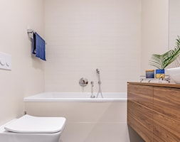 Jasne wnętrze na Mokotowie - Mała różowa łazienka na poddaszu w bloku w domu jednorodzinnym bez okna - zdjęcie od One Design