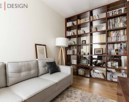 Kolory ziemi w lokalu na Mokotowie - Małe beżowe biuro domowe kącik do pracy w pokoju - zdjęcie od One Design