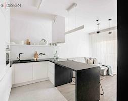 Minimalistyczne mieszkanie dla singla - Średnia otwarta biała kuchnia w kształcie litery u - zdjęcie od One Design