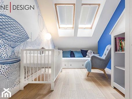 Jasne kolory w apartamencie pod Warszawą - Mały biały niebieski pokój dziecka dla chłopca dla niemowlaka, styl minimalistyczny - zdjęcie od One Design