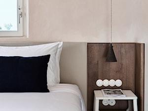 Hotel na greckiej wyspie - Mała beżowa sypialnia małżeńska, styl nowoczesny - zdjęcie od Homebook Design