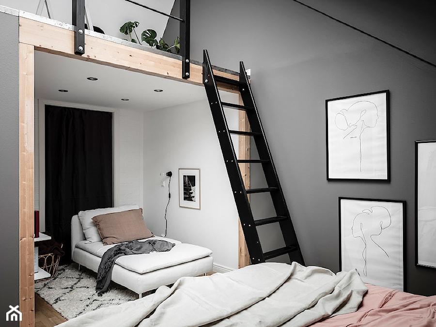 Mieszkać po szwedzku - Średnia biała szara sypialnia dla gości małżeńska na poddaszu, styl skandynawski - zdjęcie od Homebook Design