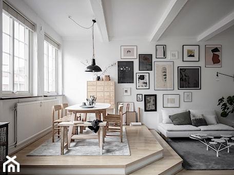 Aranżacje wnętrz - Jadalnia: Mieszkać po szwedzku - Średnia otwarta biała jadalnia w salonie, styl skandynawski - Homebook Design. Przeglądaj, dodawaj i zapisuj najlepsze zdjęcia, pomysły i inspiracje designerskie. W bazie mamy już prawie milion fotografii!