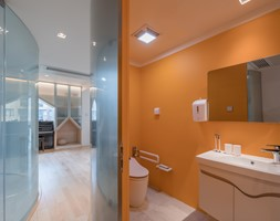 Nietypowe mieszkanie, dla typowej rodziny - Duża łazienka na poddaszu w bloku w domu jednorodzinnym bez okna, styl nowoczesny - zdjęcie od Homebook Design