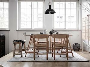 Mieszkać po szwedzku - Mała otwarta szara jadalnia jako osobne pomieszczenie, styl skandynawski - zdjęcie od Homebook Design