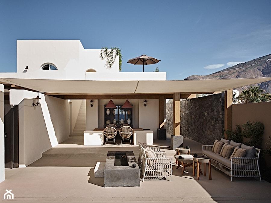 Hotel na greckiej wyspie - Duży taras z tyłu domu, styl nowoczesny - zdjęcie od Homebook Design