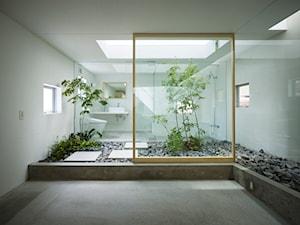 Dom dla roślin - Duża biała łazienka w domu jednorodzinnym z oknem, styl minimalistyczny - zdjęcie od Homebook Design
