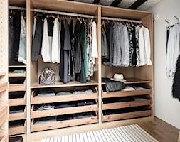 Mieszkać po szwedzku - Średnia zamknięta garderoba oddzielne pomieszczenie, styl skandynawski - zdjęcie od Homebook Design
