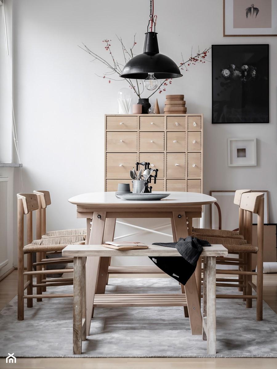 Mieszkać po szwedzku - Mała zamknięta szara jadalnia jako osobne pomieszczenie, styl skandynawski - zdjęcie od Homebook Design