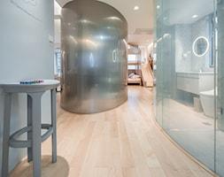 Nietypowe mieszkanie, dla typowej rodziny - Duży biały hol / przedpokój, styl nowoczesny - zdjęcie od Homebook Design