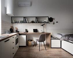 Mniej znaczy więcej - Małe beżowe białe biuro kącik do pracy w pokoju - zdjęcie od Homebook Design