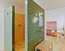 Przyjazny dom w Sagunto - Mała biała zielona łazienka na poddaszu w bloku w domu jednorodzinnym bez okna, styl nowoczesny - zdjęcie od Homebook Design