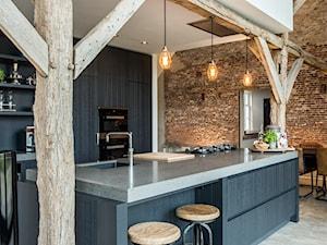 Metamorfoza starej farmy - Duża beżowa czarna kuchnia dwurzędowa w aneksie z wyspą, styl nowoczesny - zdjęcie od Homebook Design