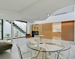 Nowoczesny dwupoziomowy dom - Duża otwarta biała jadalnia w salonie, styl nowoczesny - zdjęcie od Homebook Design