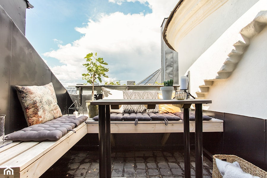 Biel i drewno w Sztokholmie - Średni taras - zdjęcie od Homebook Design
