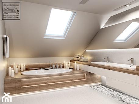 Aranżacje wnętrz - Łazienka: Biel i drewno w łazience - Kwadrat Design Studio. Przeglądaj, dodawaj i zapisuj najlepsze zdjęcia, pomysły i inspiracje designerskie. W bazie mamy już prawie milion fotografii!