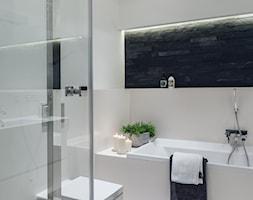 Sea Towers Nordic Apartment | REALIZACJA - Średnia biała czarna łazienka w bloku bez okna, styl nowoczesny - zdjęcie od GSG STUDIO | interiors & design - Homebook