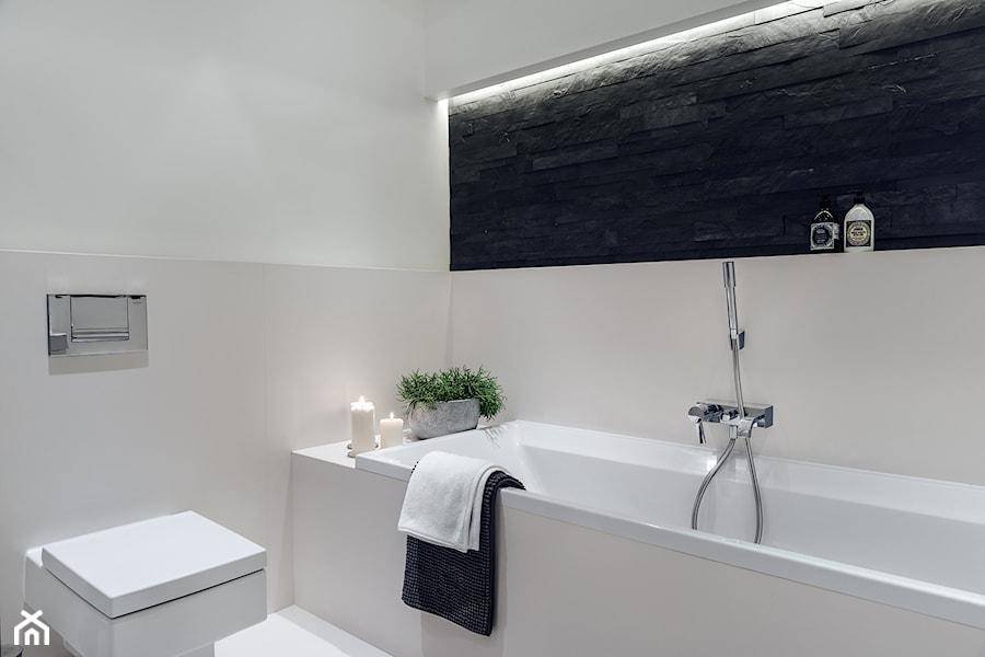 Aranżacje wnętrz - Łazienka: Sea Towers Nordic Apartment | REALIZACJA - Średnia biała beżowa czarna łazienka, styl nowoczesny - GSG STUDIO | interiors & design. Przeglądaj, dodawaj i zapisuj najlepsze zdjęcia, pomysły i inspiracje designerskie. W bazie mamy już prawie milion fotografii!