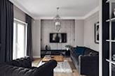 panel tapicerowany na ścianie w salonie
