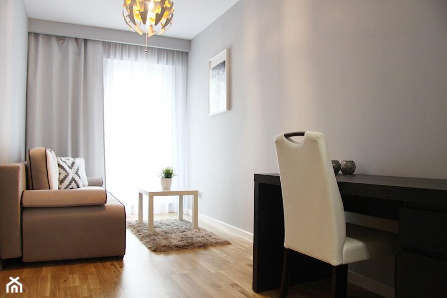 Kępa Mieszczańska Wrocław - Małe szare biuro domowe kącik do pracy w pokoju, styl minimalistyczny - zdjęcie od ZRÓB SOBIE RAJ