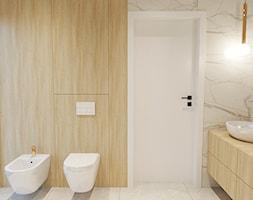 Łazienka marmurowa z drewnem i złotymi dodatkami - zdjęcie od ZRÓB SOBIE RAJ - Homebook